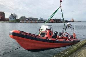 Beredskab oest Fire boat being lowered into the water